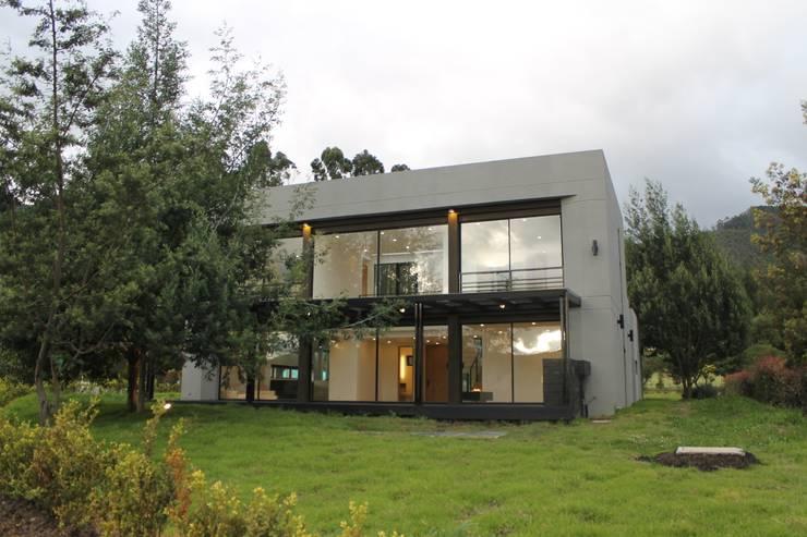 fachada principal: Casas campestres de estilo  por IngeniARQ Arquitectura + Ingeniería, Moderno