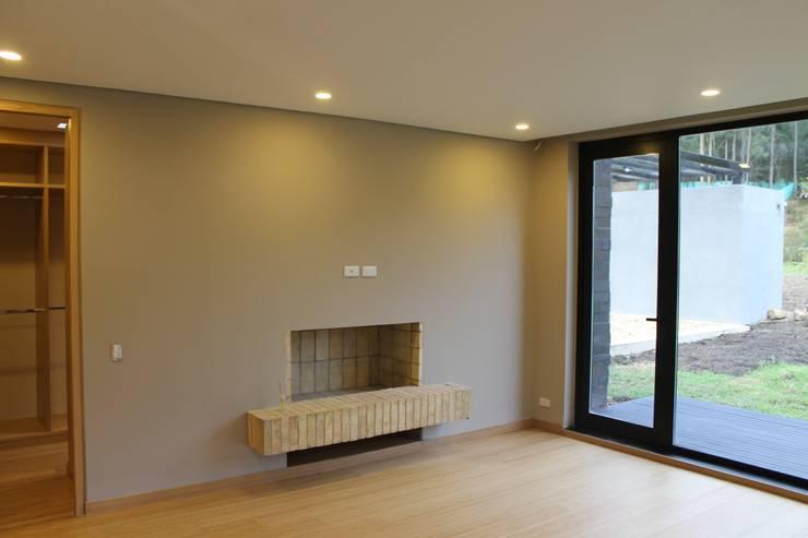 habitación principal + chimenea: Habitaciones de estilo  por IngeniARQ Arquitectura + Ingeniería, Moderno