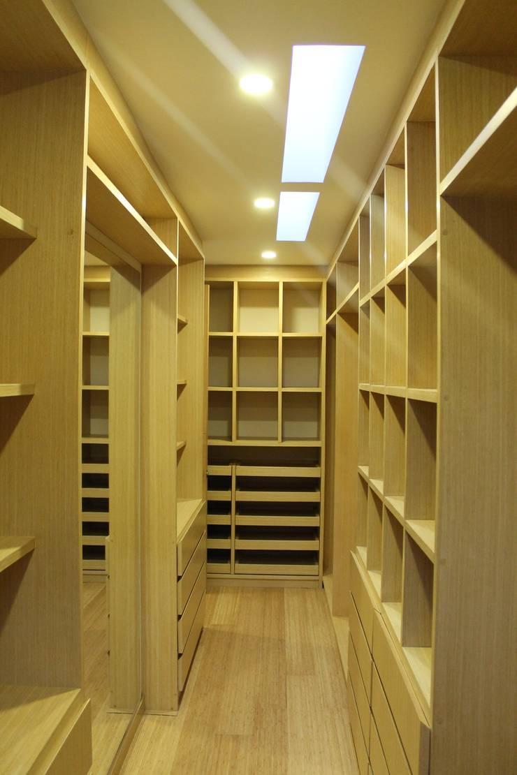 vestier principal: Vestidores de estilo  por IngeniARQ Arquitectura + Ingeniería