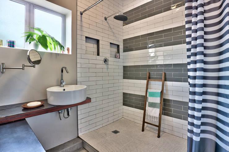 Devonshire Hills:  Bathroom by Studio Do Cabo