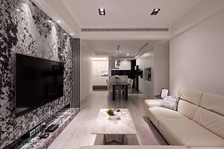 日光 隱。低調奢華 採光宅:  客廳 by 芸匠室內裝修設計有限公司