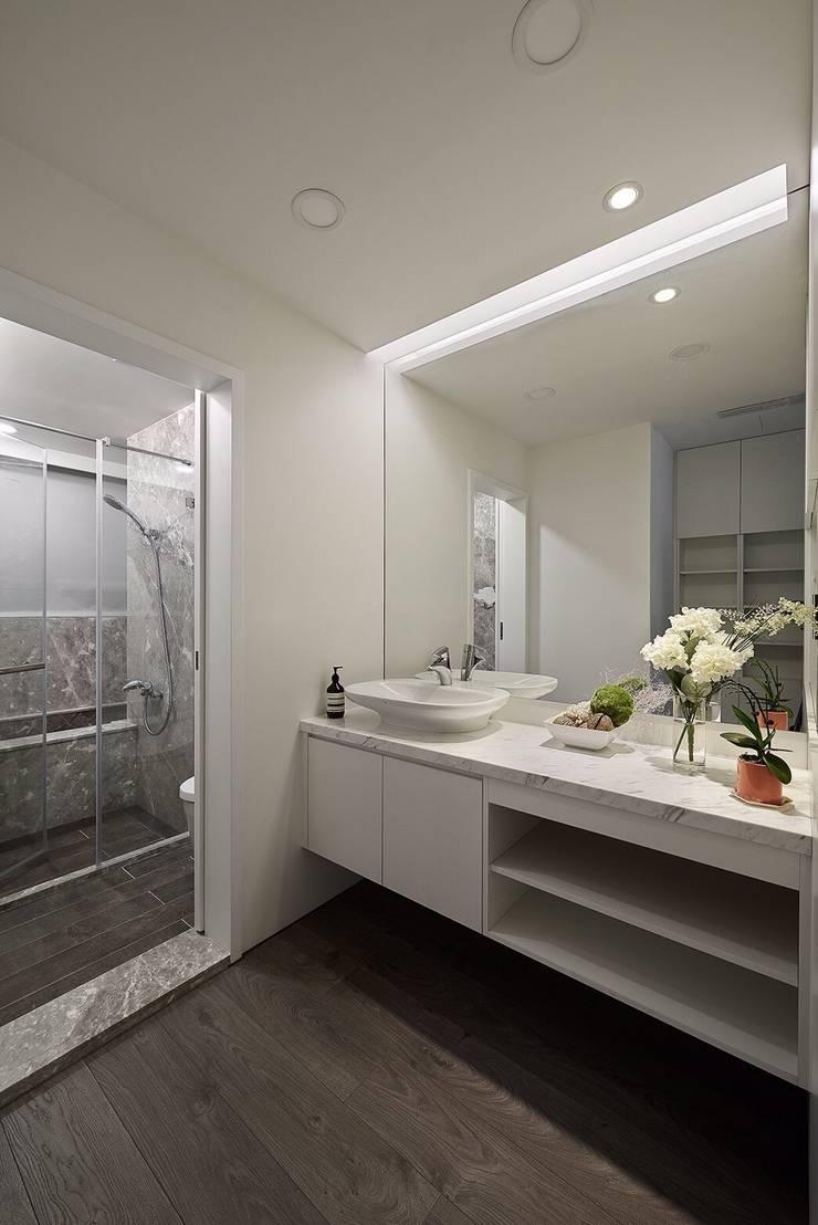 日光 隱。低調奢華 採光宅:  浴室 by 芸匠室內裝修設計有限公司