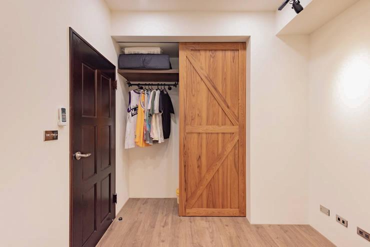 玩工業:  臥室 by 澄月室內設計
