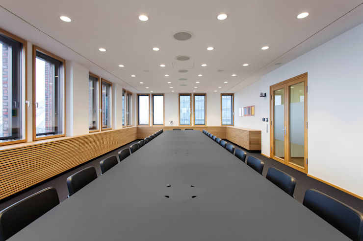 Konferenzraum mit individuellem Tischsystem TAKEOFF von IONDESIGN:  Bürogebäude von IONDESIGN GmbH