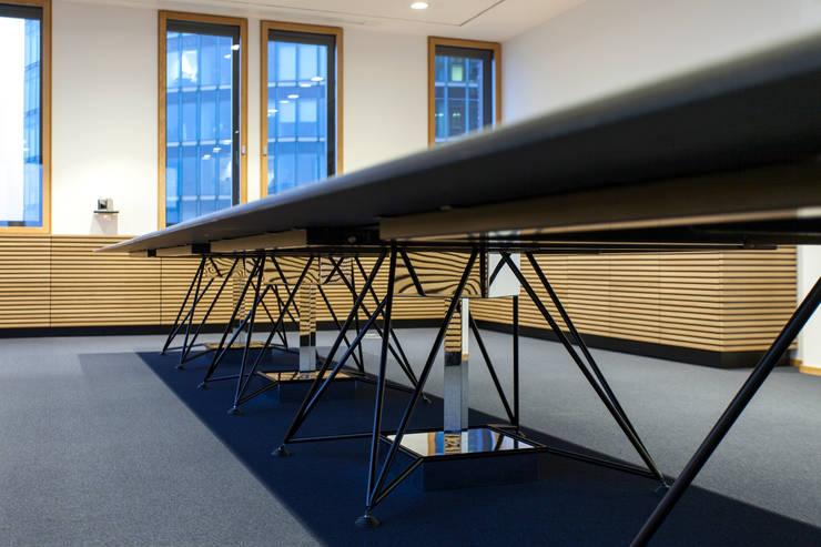 individuelles Tischsystem TAKEOFF von IONDESIGN:  Bürogebäude von IONDESIGN GmbH
