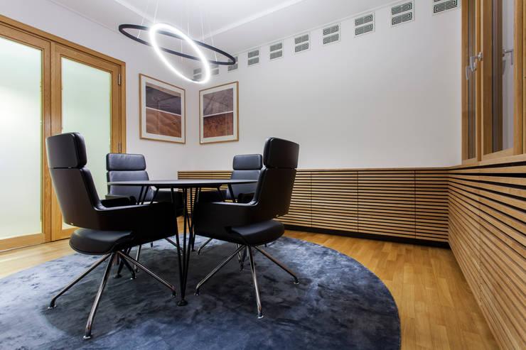 Morrison & FoersterKonferenzraum mit individuellem Tischsystem TAKEOFF von IONDESIGN:  Bürogebäude von IONDESIGN GmbH