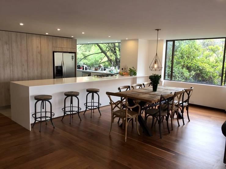 Cocina Abierta: Armarios de cocinas de estilo  por am Arquitectos