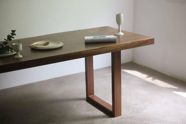 walnut wood slab table: 모벨제이의 미니멀리스트 ,미니멀 우드 우드 그레인