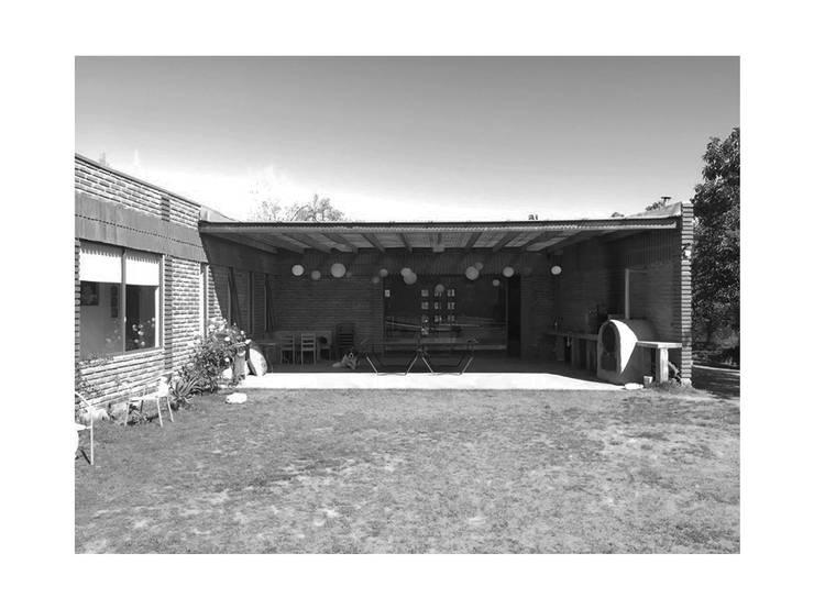 Terraza Posterior: Casas unifamiliares de estilo  por D01 arquitectura