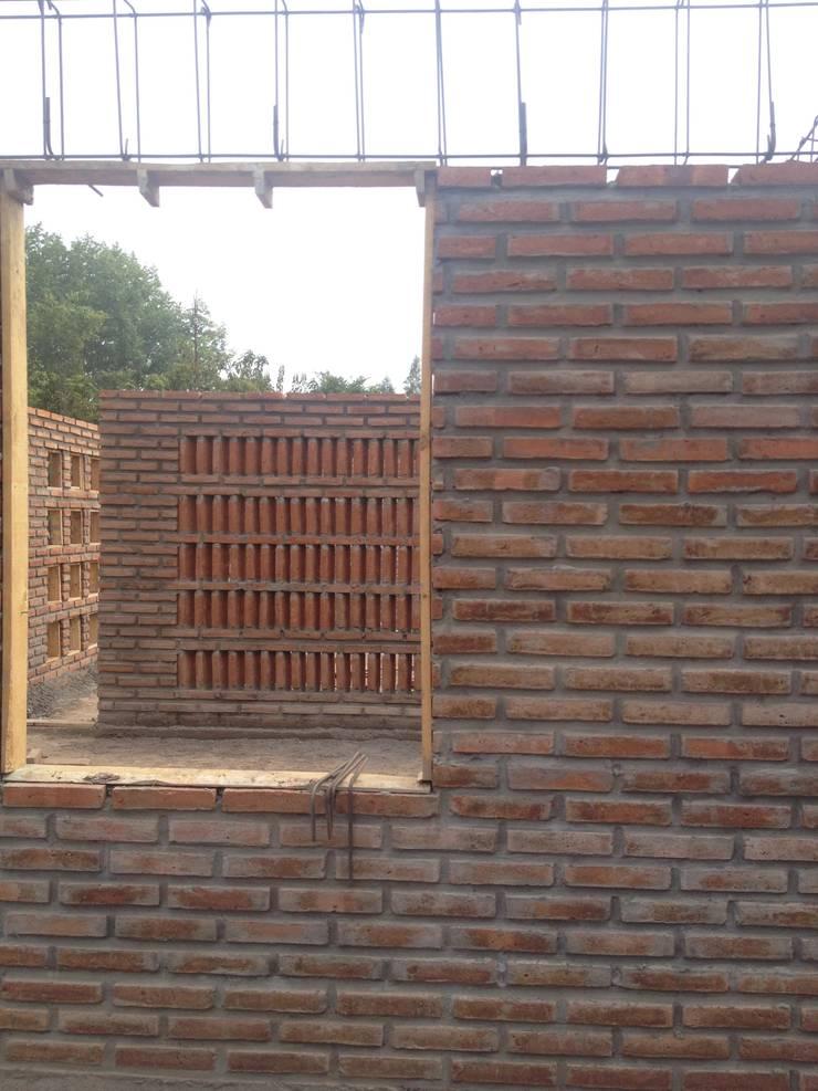 Proceso de construcción.: Paredes de estilo  por D01 arquitectura