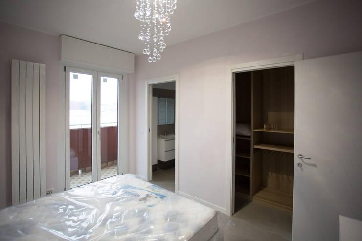Dormitorios de estilo  por Ristrutturazione Case