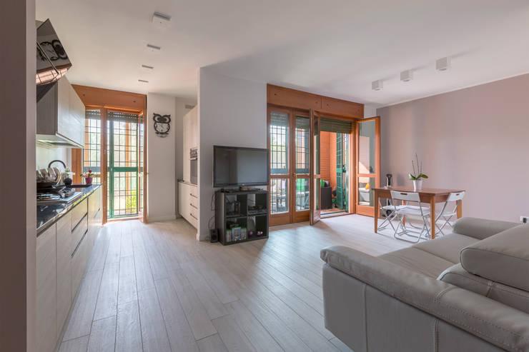 Ristrutturazione appartamento 40mq: Soggiorno in stile  di Ristrutturazione Case