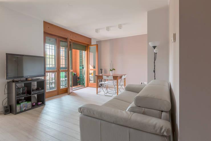 Ristrutturazione appartamento Milano 40mq: Soggiorno in stile  di Ristrutturazione Case