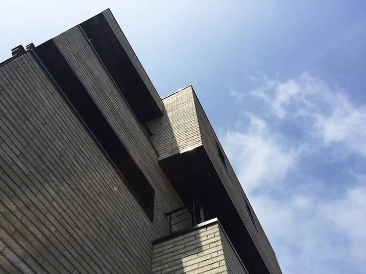 G house: 건축사사무소 어코드 URCODE ARCHITECTURE의  주택