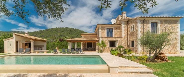 Vista de la casa y el jardín: Casas rurales de estilo  de Diego Cuttone - Arquitecto