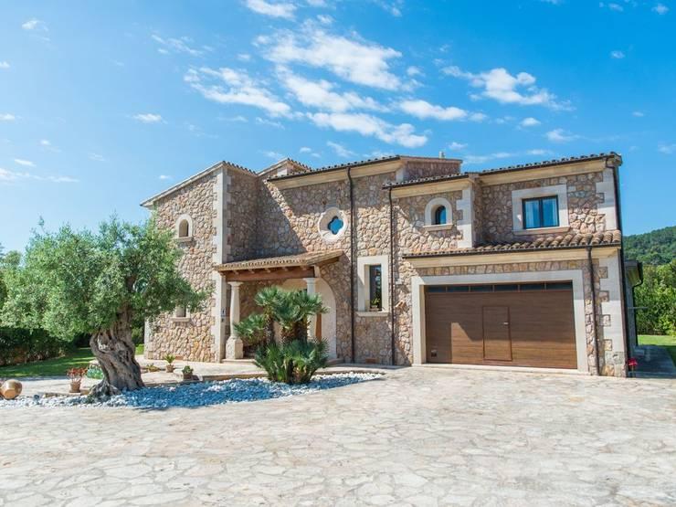 Entrada parking: Casas rurales de estilo  de Diego Cuttone - Arquitecto