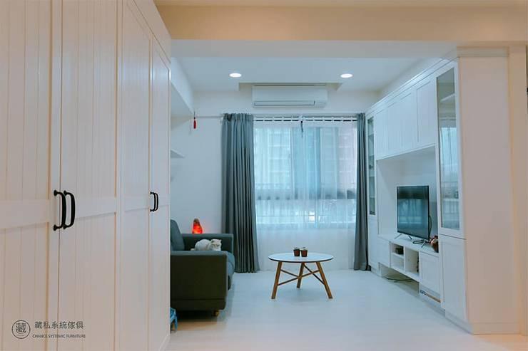 廊道儲物櫃延伸至客廳空間:  客廳 by 藏私系統傢俱