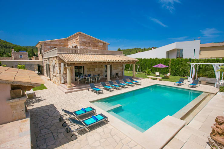 Vista de la villa y la piscina: Casas de estilo  de Diego Cuttone, arquitectos en Mallorca