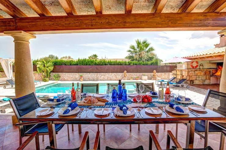 Terraza cubierta: Terrazas de estilo  de Diego Cuttone, arquitectos en Mallorca