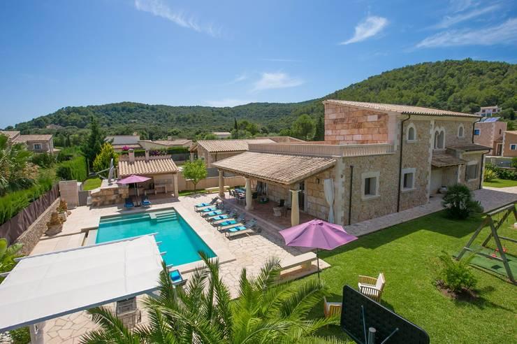 Vista desde el aire de la villa: Casas unifamilares de estilo  de Diego Cuttone, arquitectos en Mallorca