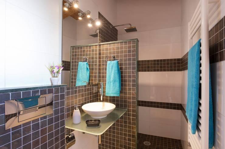 Baño con ducha: Baños de estilo  de Diego Cuttone, arquitectos en Mallorca