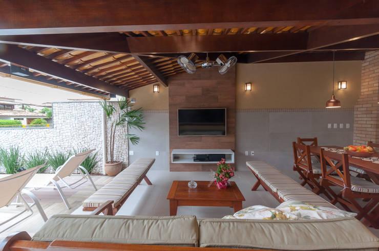 Espaço gourmet com estar aberto para piscina: Condomínios  por Bernal Projetos - Arquitetos em Salvador