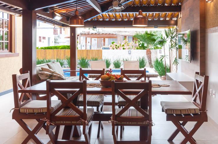 Espaço gourmet aberto para piscina: Condomínios  por Bernal Projetos - Arquitetos em Salvador