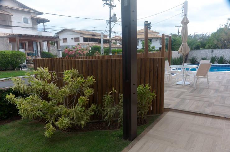 Jardim dá privacidade a piscina: Condomínios  por Bernal Projetos - Arquitetos em Salvador