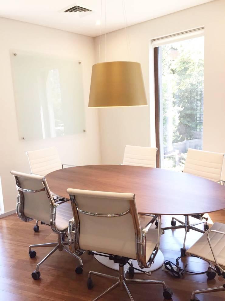 Vista Sala De Reunion: Oficinas y tiendas de estilo  por Moon Design