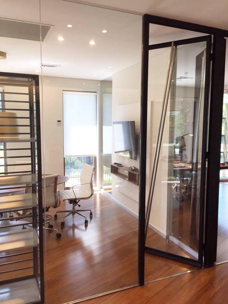 Vista Detalle de puertas diseñadas por nuestra oficina: Oficinas y tiendas de estilo  por Moon Design