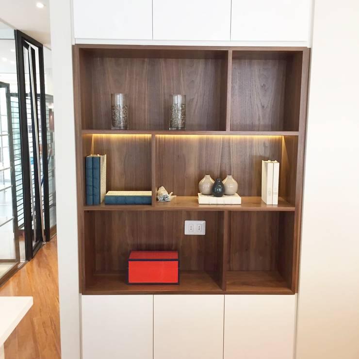 detalle de mueble iluminado: Oficinas y tiendas de estilo  por Moon Design