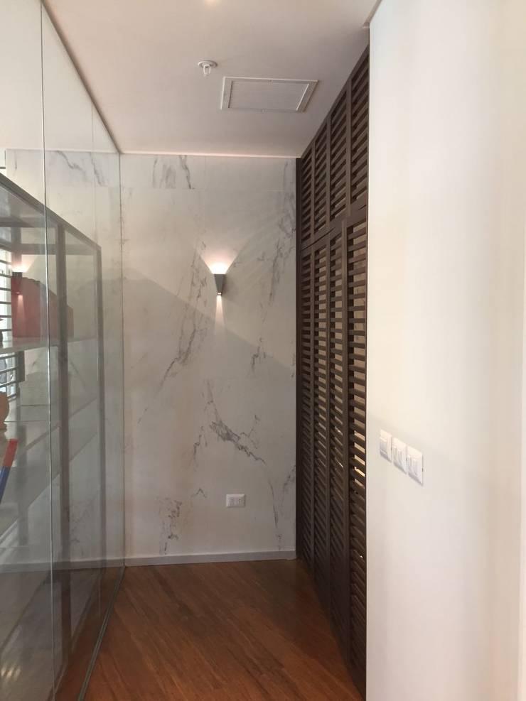 Vista Pasiilo,  iluminacio a muro, puertas celosias de madera: Oficinas y tiendas de estilo  por Moon Design