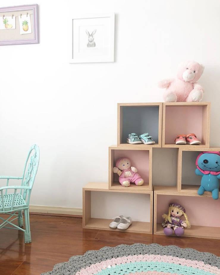 Dormitorio Niña: Hogar de estilo  por Moon Design