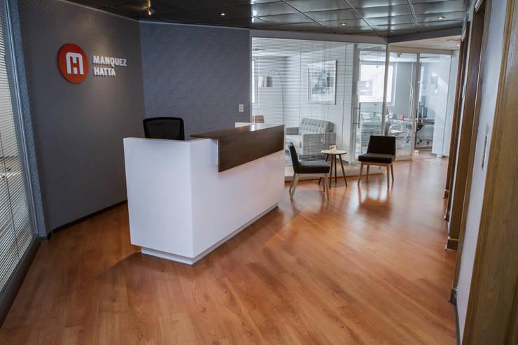 Vista General Hall Acceso: Oficinas y Comercios de estilo  por Moon Design