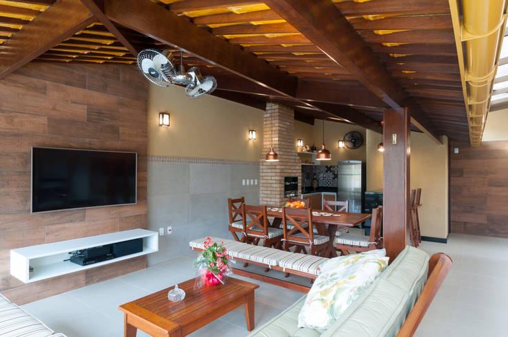 Espaço gourmet amplo e confortável: Condomínios  por Bernal Projetos - Arquitetos em Salvador