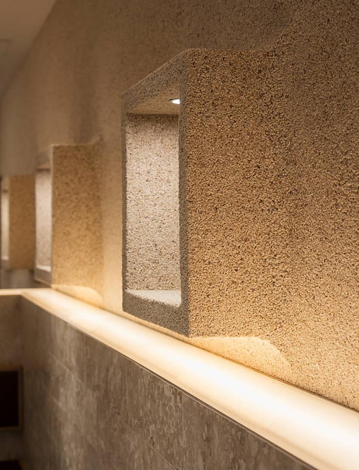Villas by 株式会社KAMITOPEN一級建築士事務所, Modern Stone