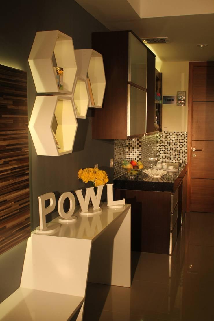 BEVERLY – Honeycomb Studio:  Unit dapur by POWL Studio