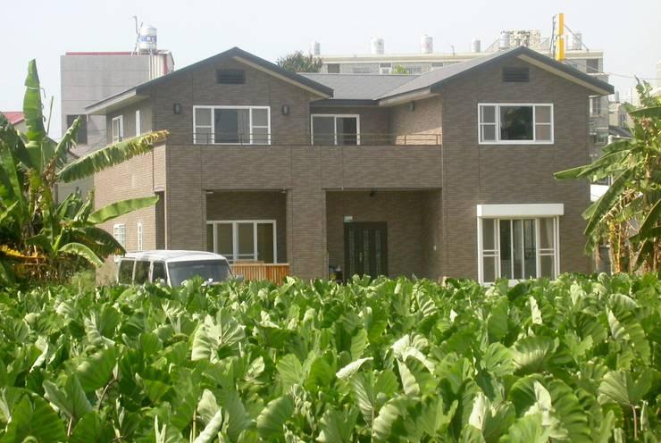 綠意圍繞的雙塔獨棟別墅:  獨棟房 by 安居住宅有限公司