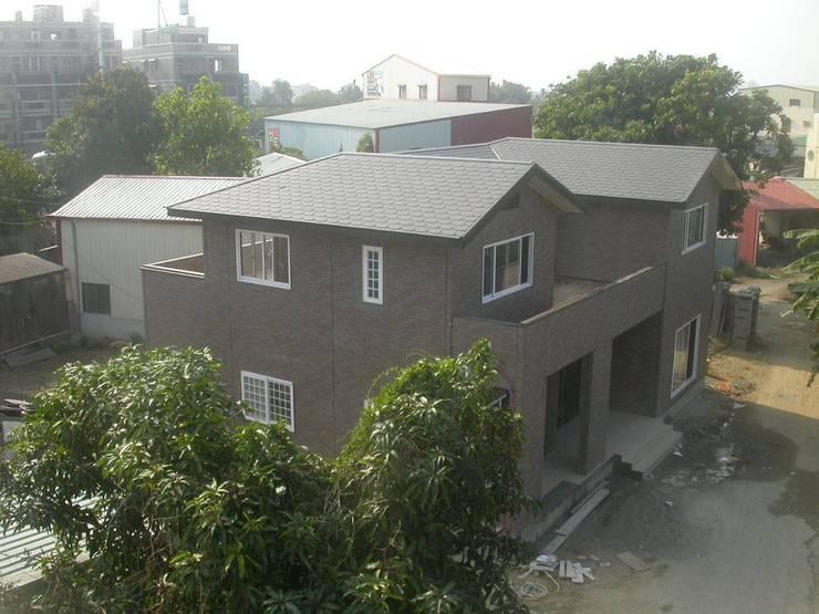 從高空俯瞰的建築物外觀:  斜屋頂 by 安居住宅有限公司