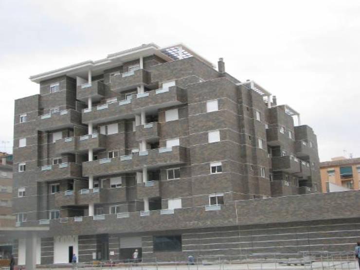 Diseño y construcción de un edificio residencial en Granada: Casas ecológicas de estilo  de dcr arquitecto