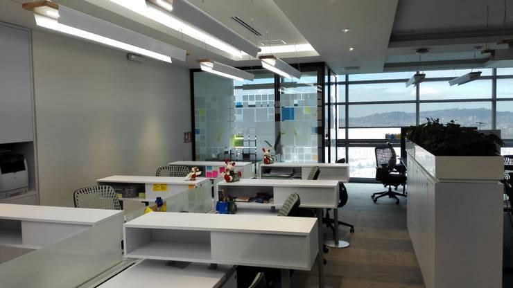 DIVISIONES DE OFICINA: Edificios de oficinas de estilo  por IngeniARQ Arquitectura + Ingeniería