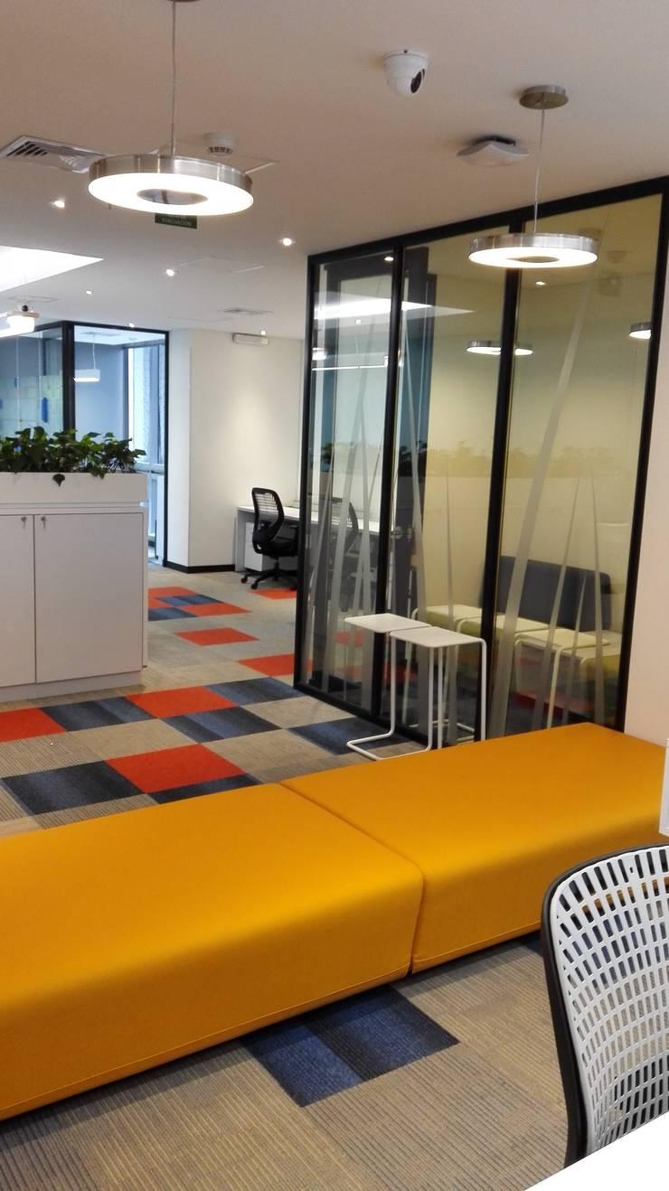 PISOS + MOBILIARIO: Edificios de oficinas de estilo  por IngeniARQ Arquitectura + Ingeniería