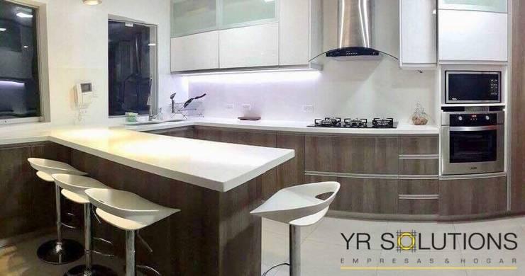 Cocina La Encantada – Villa : Cocinas de estilo  por YR Solutions