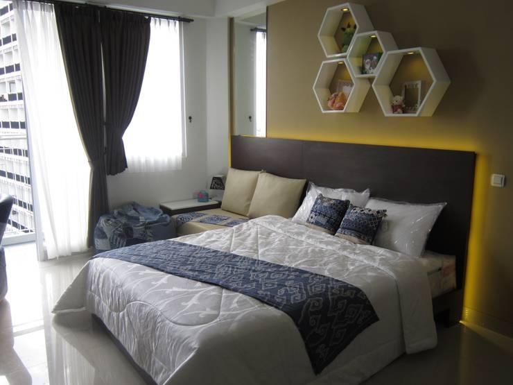 Dago Suite Batik studio:  Kamar Tidur by POWL Studio
