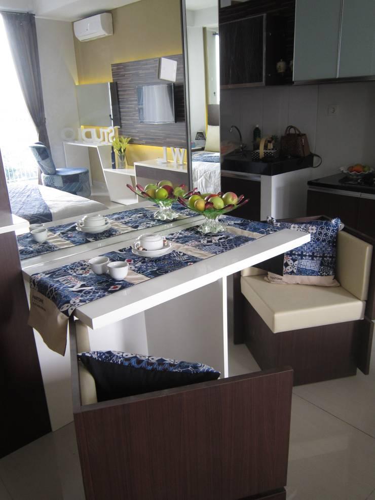Dago Suite Batik studio:  Ruang Makan by POWL Studio