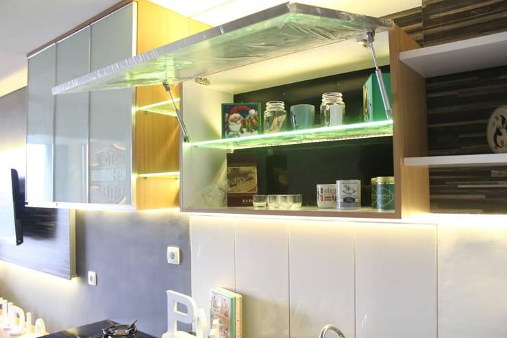 Armários e bancadas de cozinha  por POWL Studio