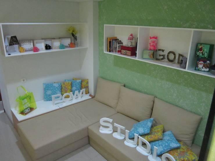 Dago Suite – Tipe 1 Bedroom:  Ruang Keluarga by POWL Studio
