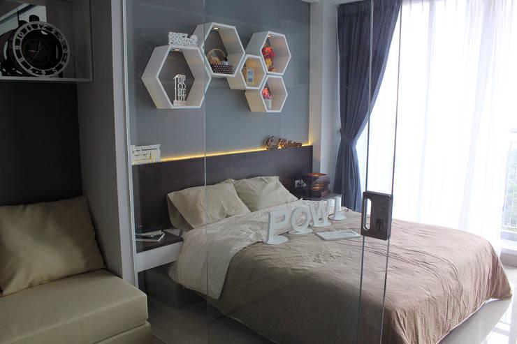 Dago Suite –  Tipe 1 Bedroom Connecting Door:  Bedroom by POWL Studio
