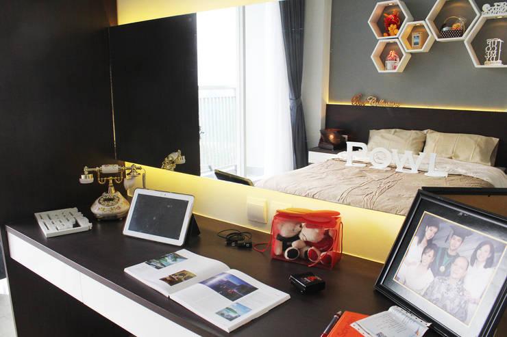 Dago Suite –  Tipe 1 Bedroom Connecting Door:  Study/office by POWL Studio