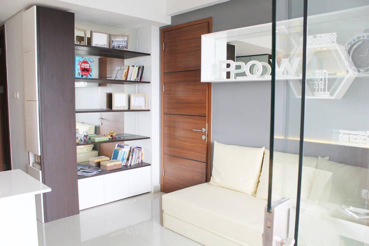 Dago Suite –  Tipe 1 Bedroom Connecting Door:  Living room by POWL Studio